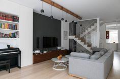 Dom na Żoliborzu. Salon | tryc.pl #home #design #moderninteriors #stairs #sofa #coffeetable @Cubeo #lamp #livingroom #salon #piano #house #glass #wood