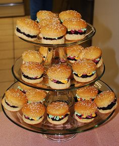 hamburger cupcakes -- Totally have to do this over summer! Mini Cakes, Cupcake Cakes, Hamburger Cupcakes, Bbq Cake, Yummy Treats, Sweet Treats, Fancy Cupcakes, Birthday Cupcakes, Good Food