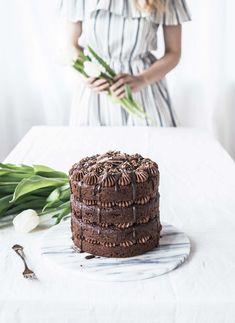 Tämä helppo mokkakakku saa kauniin ulkomuotonsa helpoista pursotuksista, jotka tein yhdellä suosikkityllistani.  Tämän suklaakakun tuorejuuston, kaakaon ja kahvin yhdistelmä on herkullinen! Löydät tämän ja paljon muitakin reseptejä blogista. - suklaakakut / mokkakakut / suklaakastike / kakkujen koristelu / kerroskakku / pursotukset / ruokakuvaus / ruokastailaus / leivonta Chocolate Curls, Chocolate Cake, Mocha Cake, Vanilla Sugar, Serving Plates, Cake Pans, Tiered Cakes, Let Them Eat Cake, Cocoa
