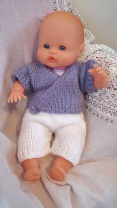 As promised, here is a doll knitting pattern. My daughter had a nenuco doll at Christmas, she was naked so I dressed her so she wouldn't be cold. Free pattern: knitted doll set Nadette Saillard nadettesaillard Tricot As pr Knitting Dolls Clothes, Knitted Dolls, Doll Clothes Patterns, Knitting Patterns Free, Baby Knitting, Free Pattern, Crochet Pattern, Knitting Ideas, Baby Cardigan