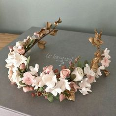 This floral headpiece by @tocadosletouquet is exquisite #bridalaccessories…