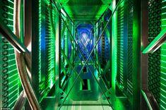 El gigante de internet Google abrió hoy una ventana al interior de sus enigmáticos centros de datos, el corazón de la compañía donde se alojan físicamente los correos de Gmail, los videos de YouTube y su omnipresente motor de búsqueda. Esos almacenes de información de...