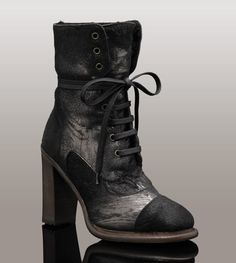 Awesome laced boots 'Piera' by Uggs Collection!