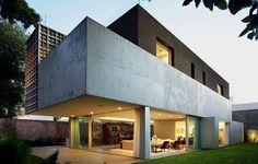 """Chapas de alumínio, painéis de vidro e elementos vazados definem volumes nesta casa projetada pelo arquiteto Isay Weinfeld, em São Paulo. Com usos distintos, essas """"caixas"""" formam uma residência com coerência de materiais e total vista para fora"""