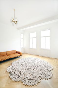 Magnificent statement carpet fit for light and spacious interior. See 2300 m of high quality cotton rope turned into beautiful carpet. Crochet Mat, Crochet Rug Patterns, Crochet Carpet, Crochet Cushions, Tapete Doily, Doily Rug, Crochet Pencil Case, Carpet Fitting, Crochet Home Decor