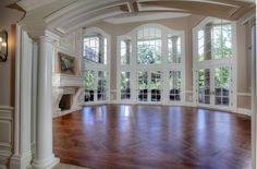 La pièce est vide. La cheminée est en marbre. Il ya beaucoup de fenêtres, et trois ensembles de portes françaises. Les planchers sont en bois. Il ya des colonnes blanches dans le hall d'entrée de la grande salle vide.