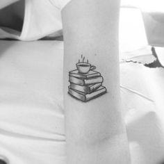 Tatuaje de taza de café y libros