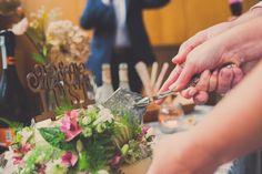 het aansnijden van de bruidstaart, bruidsreportage, Nickie Fotografie