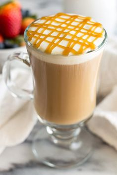 SUBMISSION Caramel Macchiato (recipe) A completely homemade copycat Starbucks Caramel Macchiato recipe. Easy to make from scratch and absolutely delicious! Noms you can drink. Starbucks Caramel Macchiato Recipe, Carmel Macchiato, Latte Macchiato, Frappe, Frappuccino, Homemade Mocha, Comme Un Chef, Coffee Creamer Recipe, Starbucks Drinks