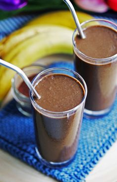 HEALTHY CHOCOLATE BANANA SMOOTHIE - Enjoy a healthy breakfast or snack with this simple and delicious chocolate smoothie recipe that's sweetened using bananas. It's refined sugar-free, gluten-free,. Healthy Chocolate Smoothie, Delicious Chocolate, Chocolate Flavors, Healthy Smoothies, Chocolate Recipes, Paleo Chocolate, Breakfast Smoothies, Hot Chocolate, Breakfast Recipes