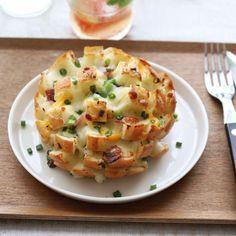 치즈를 푸짐하게 품고 피어난 맛있는 꽃, 블루밍브레드를 식탁에 올려보세요. 마늘향이 느끼함을 잡아주고, 길게 늘어나는 치즈가 먹는 재미를 준답니다. 따뜻할 때 음료와 함께 즐기기 참...