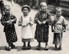 """着物で楽しみ。When children's wear still meant """"kimono"""" in Meiji-Japan..."""