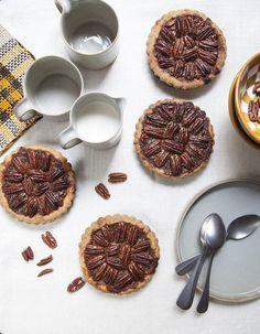 Recette Pie aux noix de pécan : Préchauffez le four à 180 °C. (th. 6).Préparez la pâte : mélangez le beurre et le sucre. Puis ajoutez les spéculoos mix�...