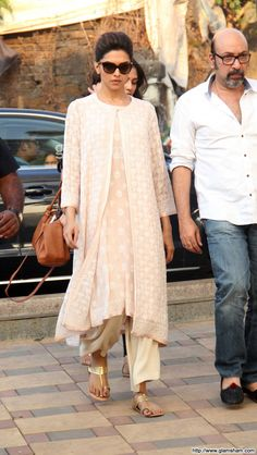 Deepika Padukone at Juhi Chawla's brother funeral - photo 21 : glamsham.com I know it's a sad occasion and my heart goes out to Juhi Chawla.  But... that said... I want Deepika's outfit. She's amazing