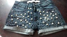 A customização continua super em alta. Se você tem vários jeans velhos em seu guarda roupa, seja calças, bermudas ou mesmo shorts, e não sabe o que fazer com eles, uma opção é fazer vários shorts j…