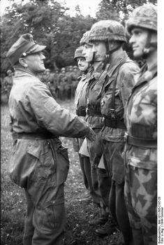 21. Juni 1944 Frankreich.- General Eugen Meindl bei der Verleihung von Auszeichnungen / Orden an Fallschirmjäger  Meindl, Eugen: General, Ritterkreuz (RK), Luftwaffe, Deutschland