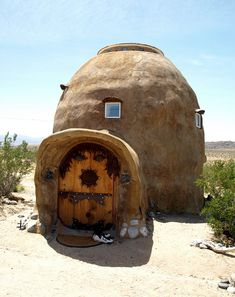 i have been interested in straw bale homes for years...this one is adorable
