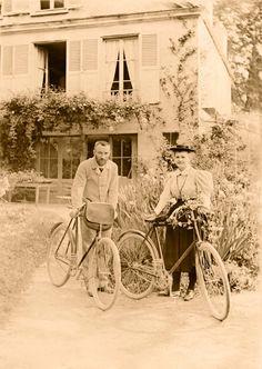 Marie Curie con su marido Pierre Curie en su casa de Brunoy, Francia. Curie normalmente vestía de negro y gris oscuro, pero han logrado encontrar dos fotografías en las que vestía de blanco. Esta es una de ellas.  Mitos en la intimidad | Fotogalería | Madrid | EL PAÍS