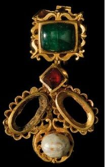 Gold necklace with sapphire, emerald, pearl and cornelian. From Alexandria. 5th century. Byzantine Art