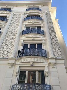 Classic House Exterior, Classic House Design, House Front Design, Design Exterior, Facade Design, Mosque Architecture, Modern Architecture, Balcon Juliette, Modern Apartment Design