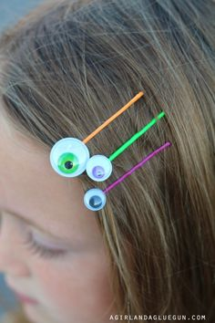 Today I have the EASIEST craft! All that is needed is some googly eyes $1. Bobby pins $1 and a hot glue gun! (you can get a fun variety of googly eyes HERE) Glue on an eye to the end–or fill the whole bobby pin with eyes! Then you can just add these bobby pins … Halloween Hair Bows, Fete Halloween, Dollar Store Halloween, Scary Halloween Decorations, Halloween Crafts For Kids, Halloween Snacks, Holidays Halloween, Spooky Halloween, Halloween Costumes
