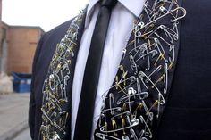 24 safety pin fashion diys that rock Safety Pin Art, Safety Pin Crafts, Safety Pin Jewelry, Safety Pins, Fashion Moda, Punk Fashion, Diy Fashion, Womens Fashion, Fashion Trends