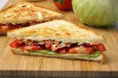 BLT szendvics recept (bacon-lettuce-tomato): A BLT szendvics a világ egyik… Lettuce, Hamburger, Bacon, Sandwiches, Dinner, Hot Dog, Food, Roll Up Sandwiches, Dining