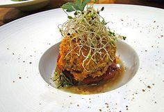 Croqueta de paella valenciana de casca crocante sobre tomate assado e azeite com alecrim da Enoteca Saint Vin Saint (Foto: Reprodução)