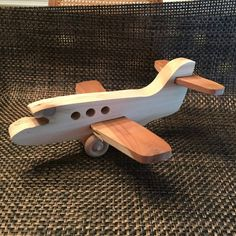 avião de madeira Mais