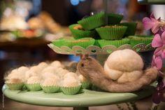 Há algumas semanas, participei do evento Degustar, organizado em prol do Hospital de Câncer de Barretos, e fiquei absolutamente encantada com a mesa de doces montada pela A Matinée Festas Bacanas.  Uma versão linda e diferente do tema floresta, com vários detalhes charmosos que eu mostro para você