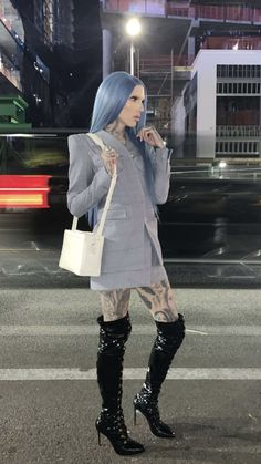 this outfit would've been so iconic for the blue blood campaign omg. it's so icy ❄️. blue is one of jeffree's colours omg. i say one of them bc jeffree pretty much owns the colour pink now Jeffree Star Instagram, Jeffry Star, Shane Dawson Memes, Beauty Killer, Star Makeup, Blue Bloods, Prom Night, Celebs, Celebrities