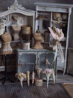 She's So Bright - Artist Kiyomi's Miniature French World She's. She's So Bright – Artist Kiyomi's Miniature French World She's So Bright – Artist K Vitrine Miniature, Miniature Rooms, Miniature Crafts, Miniature Houses, Miniature Furniture, Dollhouse Furniture, Dolls House Shop, Mini Doll House, Doll Houses