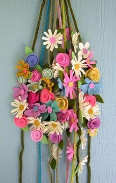 As delicadas e coloridas flores de feltro