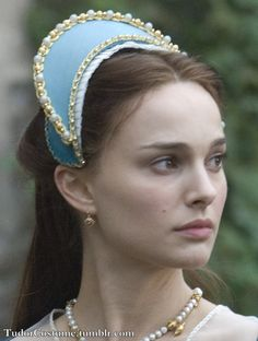 view illustrating the way they made the French Hood in the Other Boleyn Girl movie. I'm guessing the hood is supported with the side hair bubbles. Tudor Costumes, Medieval Costume, Old Dress, Fancy Dress, Anne Boleyn, Historical Costume, Historical Clothing, Headdress, Headpiece
