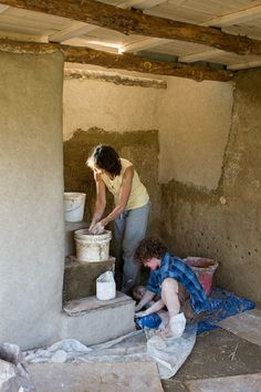 Cob in Iowa. Lin Mullenneaux and her son plaster the circular stair. Their plaster recipe is made from kaolin clay, sifted sand, straw, wheat paste, and cattail fiber which was collected earlier in the day. www.pbase.com