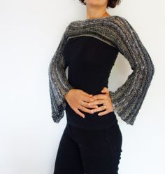 A trendy accessory with large and long bell shaped sleeves that will add to any outfit a bohemian touch. This stunning shrug is made from scrap yarn of various weight and colours, a combination of thick and thin ones. Details on how to combine yarns and other special techniques are