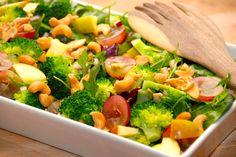 Her er den bedste salat med vindruer, cashewnødder og en masse andet lækkert. Brug en blandet grøn salat som bund, og spæd op med æble og broccoli. Foto: Guffeliguf.dk.