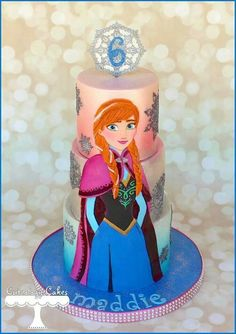 This Frozen Cakes features a large portrait of Anna on the first milti-tiered birthday cake. Anna Frozen Cake, Torte Frozen, Frozen Doll Cake, Anna Cake, Frozen Theme Cake, Disney Frozen Cake, Disney Cakes, Frozen Fondant, Bolo Frozen