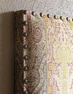 EL CABECERO CON TACHUELAS TARASCON ES DE BECARA. El juego de sábanas de 400 hilos de algodón 100% color chocolate es de Brissa. El cojín blanco con dorado es de Rosen. Los cojines en lana y dorado, el de pelo sintético, la manta con visos dorados, las pantuflas y el cubrecama en seda son de Zara Home. La mesa de noche en madera flor morado color colonial y la lámpara colgante color cobre son de Marzo. La bolsa para la playa es de DeArboleda.