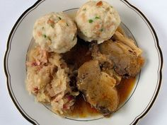 German food is known for its richness and heartiness, but less known are the side dishes that accompany those dishes. Here are the most popular side dishes in German cuisine. Dumpling Recipe, Dumplings, Sauerkraut, Roast In Dutch Oven, German Side Dishes, Austrian Cuisine, Austrian Recipes, How To Cook Potatoes, Cabbage Salad
