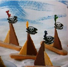 Pirate ships made of finger biscuits and wafer biscuits Edible Crafts, Food Crafts, Baking With Toddlers, Market Day Ideas, Harry Birthday, Childrens Meals, Fruit Art, Party Treats, Kid Friendly Meals