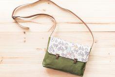 Handmade in Barcelona Los bolsos de Carlalluna son una invitación a soñar.  Los diseños de sus solapas son verdaderamente especiales y únicos, llenos de motivos delicados, relacionados con la naturaleza, lo vintage y lo naïf. Están fabricados a mano con cuero ecológico.