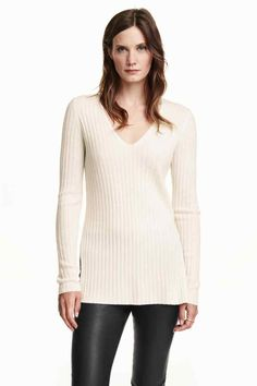V-neck cashmere jumper: PREMIUM QUALITY. V-neck rib-knit jumper in soft cashmere in a slightly longer style with long sleeves and high slits in the sides.