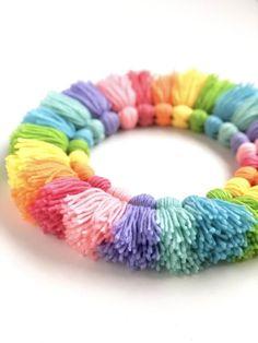 Wreath Crafts, Diy Wreath, Yarn Crafts, Wreath Ideas, Crafts To Sell, Crafts For Kids, Arts And Crafts, Pom Pom Wreath, Diy Tassel