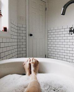 La fameuse photo des pieds dans le bain plein de mousse  • Musique du temps des fêtes, chandelles qui sentent la cannelle & week-end de repos complet. Je ne me souviens pas de la dernière fois que ça m'est arrivé et ça fait du bien. Mes collègues vont être fiers de moi, ça fait 2 mois qu'ils me hurlent après de ralentir  @sofia_oukass @alexandre_champagne @gustavnadeau (les autres n'ont pas Instagram!)