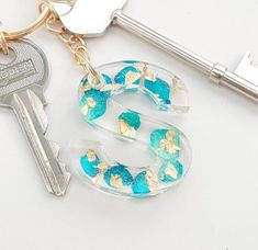 Real Flower Resin Keychain, Gold Letter Name Keychain, Teal Petals and Gold Flakes Initial Keyring, Diy Resin Art, Diy Resin Crafts, Uv Resin, Copper Gifts, Gold Letters, Alphabet Letters, Cute Keychain, Resin Jewelry, Small Gifts