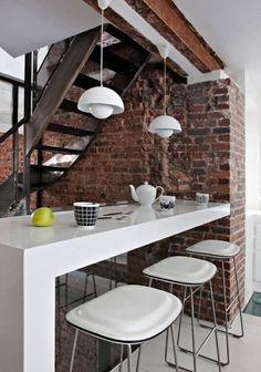 Backsteinwand-weiße glänzende Bar-Wohnzimmer