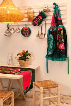 La marca española Desigual es otra que sorprende con sus coloridos estampados, perfectos para combinar en cocinas con tonos claros y materiales naturales como la madera o el mimbre.