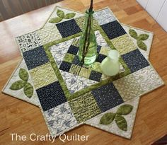The Crafty Quilter - Quilting tips and inspiration Patchwork Table Runner, Table Runner And Placemats, Table Runner Pattern, Quilted Table Runners, Quilting Tips, Quilting Tutorials, Quilting Projects, Patchwork Quilting, Table Topper Patterns