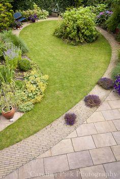 Tuinreportage in Waddinxveen voor BuitenBuiten Hoveniers Garden Design Plans, Small Garden Design, Circular Lawn, Outdoor Shutters, Backyard Renovations, Head Planters, Garden Edging, Back Gardens, Dream Garden